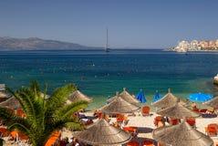 Bella spiaggia con gli ombrelli per una festa in Albania ionico fotografie stock