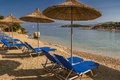 Bella spiaggia con gli ombrelli per una festa in Albania Mare ionico fotografia stock libera da diritti