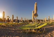 Bella spiaggia con gli ombrelli per una festa in Albania Mare ionico immagini stock libere da diritti