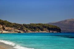 Bella spiaggia con gli ombrelli per una festa in Albania Mare ionico fotografia stock