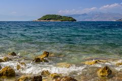 Bella spiaggia con gli ombrelli per una festa in Albania Mare ionico fotografie stock
