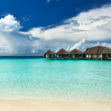 Bella spiaggia con i bungalow dell'acqua Fotografia Stock Libera da Diritti