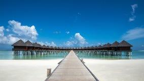 Bella spiaggia con i bungalow dell'acqua alle Maldive Fotografia Stock Libera da Diritti