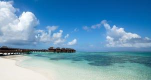 Bella spiaggia con i bungalow dell'acqua alle Maldive, forma di panorama Fotografia Stock