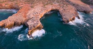 Bella spiaggia con i clifs al tramonto stock footage
