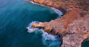 Bella spiaggia con i clifs al tramonto archivi video