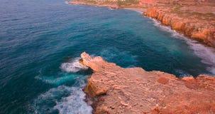 Bella spiaggia con i clifs al tramonto video d archivio