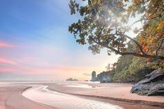 Bella spiaggia con il cielo variopinto, Tailandia Fotografia Stock