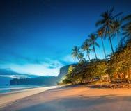 Bella spiaggia con il cielo variopinto, Tailandia Immagine Stock