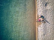 Bella spiaggia con il colpo del fuco della famiglia immagini stock