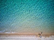 Bella spiaggia con il colpo del fuco della famiglia fotografia stock libera da diritti