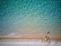 Bella spiaggia con il colpo del fuco della famiglia immagini stock libere da diritti