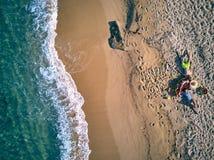 Bella spiaggia con il colpo di punto di vista superiore della famiglia immagini stock libere da diritti