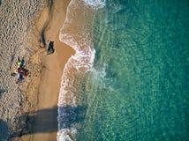 Bella spiaggia con il colpo di punto di vista superiore della famiglia immagine stock libera da diritti