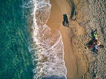 Bella spiaggia con il colpo di punto di vista superiore della famiglia immagine stock