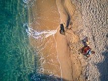 Bella spiaggia con il colpo di punto di vista superiore della famiglia fotografie stock libere da diritti