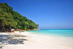 Bella spiaggia con il fondo blu del cielo e del mare Fotografia Stock Libera da Diritti