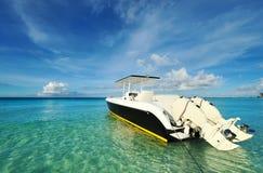 Bella spiaggia con l'imbarcazione a motore Immagini Stock Libere da Diritti