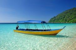 Bella spiaggia con l'imbarcazione a motore Immagine Stock Libera da Diritti