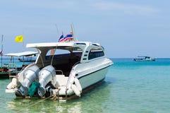 Bella spiaggia con la barca di velocità del motore Fotografie Stock