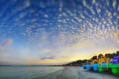 Bella spiaggia con le barche Fotografia Stock