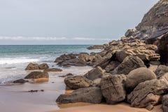 Bella spiaggia con le grandi rocce Asturie, Spagna Immagini Stock Libere da Diritti