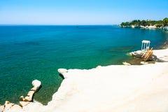 Bella spiaggia con le pietre bianche vicino a Limassol, Cipro immagine stock libera da diritti