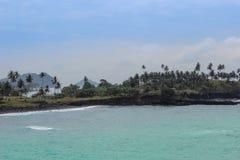 Bella spiaggia con le rocce vulcaniche e chiara acqua nel Sao Tomé Fotografie Stock