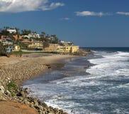 Bella spiaggia del sud della California con i palazzi Immagini Stock Libere da Diritti
