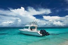 Bella spiaggia dell'isola con l'imbarcazione a motore Fotografia Stock