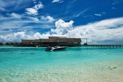 Bella spiaggia dell'isola con l'imbarcazione a motore Fotografie Stock