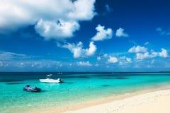 Bella spiaggia dell'isola con l'imbarcazione a motore Immagini Stock Libere da Diritti