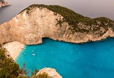 Bella spiaggia della baia in Grecia Immagine Stock