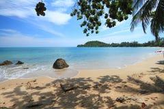 Bella spiaggia della Tailandia, nessuna gente. Fotografia Stock Libera da Diritti
