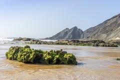 Bella spiaggia di Amoreira accanto a Aljezur, Algarve, Portogallo immagine stock libera da diritti