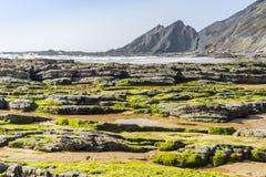 Bella spiaggia di Amoreira accanto a Aljezur, Algarve, Portogallo immagini stock