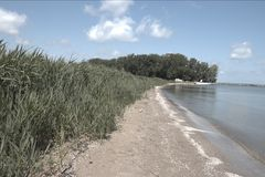 Bella spiaggia di Lakeside sul lago Erie durante il giorno di estate Immagine Stock Libera da Diritti