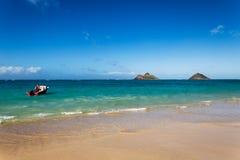 Bella spiaggia di Lanikai con acqua del turchese e un'imbarcazione a motore fotografie stock