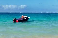 Bella spiaggia di Lanikai con acqua del turchese e un'imbarcazione a motore immagine stock libera da diritti