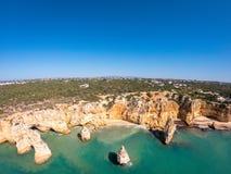 Bella spiaggia di Praia De Marinha Most in Lagoa, Algarve Portogallo Vista aerea sulle scogliere e sulla costa dell'Oceano Atlant immagine stock libera da diritti