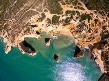 Bella spiaggia di Praia De Marinha Most in Lagoa, Algarve Portogallo Vista aerea sulle scogliere e sulla costa dell'Oceano Atlant fotografie stock libere da diritti