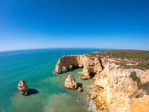 Bella spiaggia di Praia De Marinha Most in Lagoa, Algarve Portogallo Vista aerea sulle scogliere e sulla costa dell'Oceano Atlant fotografia stock
