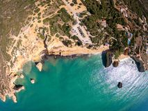 Bella spiaggia di Praia De Marinha Most in Lagoa, Algarve Portogallo Vista aerea sulle scogliere e sulla costa dell'Oceano Atlant fotografia stock libera da diritti