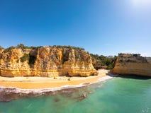 Bella spiaggia di Praia De Marinha Most in Lagoa, Algarve Portogallo Vista aerea sulle scogliere e sulla costa dell'Oceano Atlant immagini stock