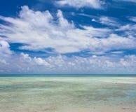 Bella spiaggia di sabbia bianca tropicale ed acqua cristallina Immagini Stock Libere da Diritti