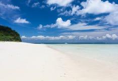 Bella spiaggia di sabbia bianca tropicale ed acqua cristallina Fotografia Stock Libera da Diritti