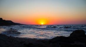 Bella spiaggia di tramonto del mare Immagini Stock