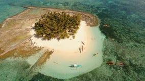 Bella spiaggia di vista aerea sull'isola tropicale Isola di Guyam, Filippine, Siargao immagine stock