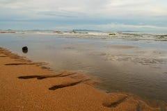 Bella spiaggia e cielo nuvoloso immagine stock