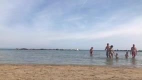 Bella spiaggia e mare adriatico con acqua blu trasparente video d archivio